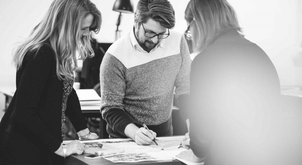 Grupp arkitekter samtalar vid bord
