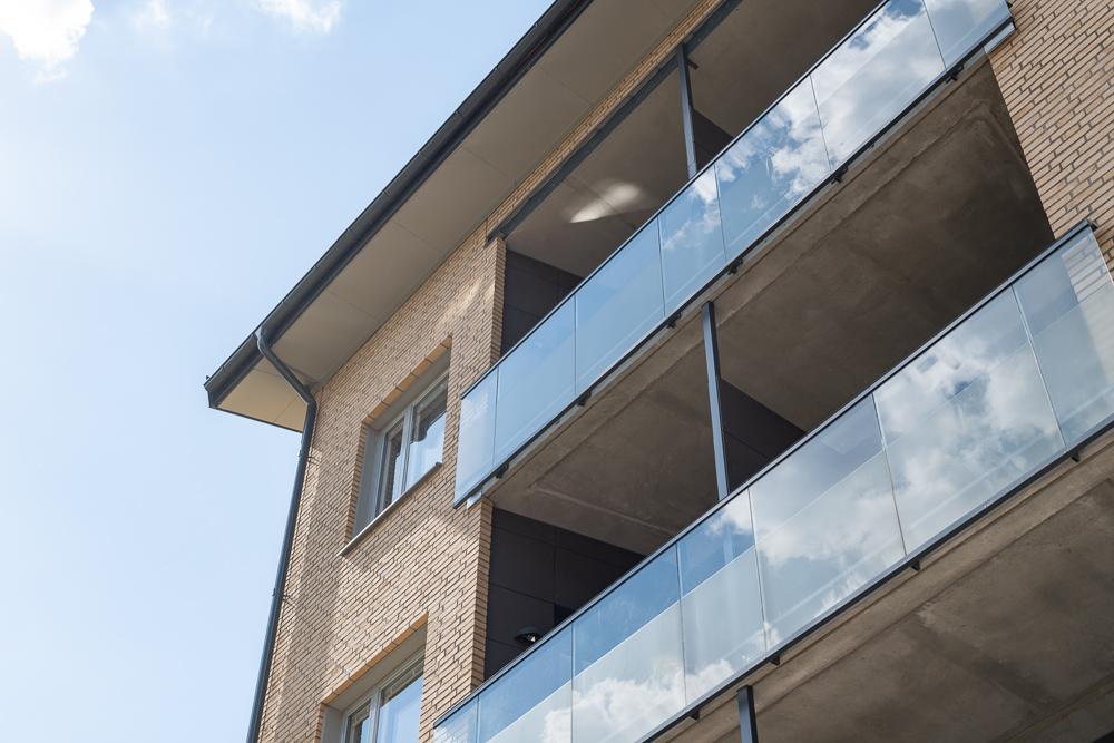 Detaljvy på lägenhetshus med balkonger