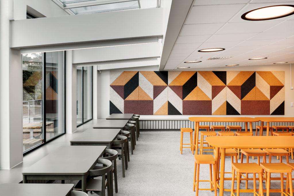 Stort rum med detaljer i svart vitt och orange